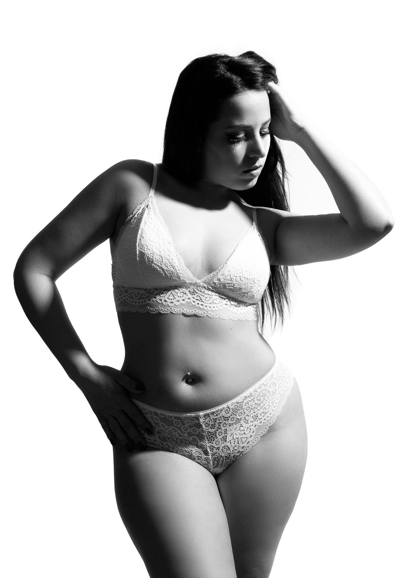 photo femme lingerie dentelle blanche