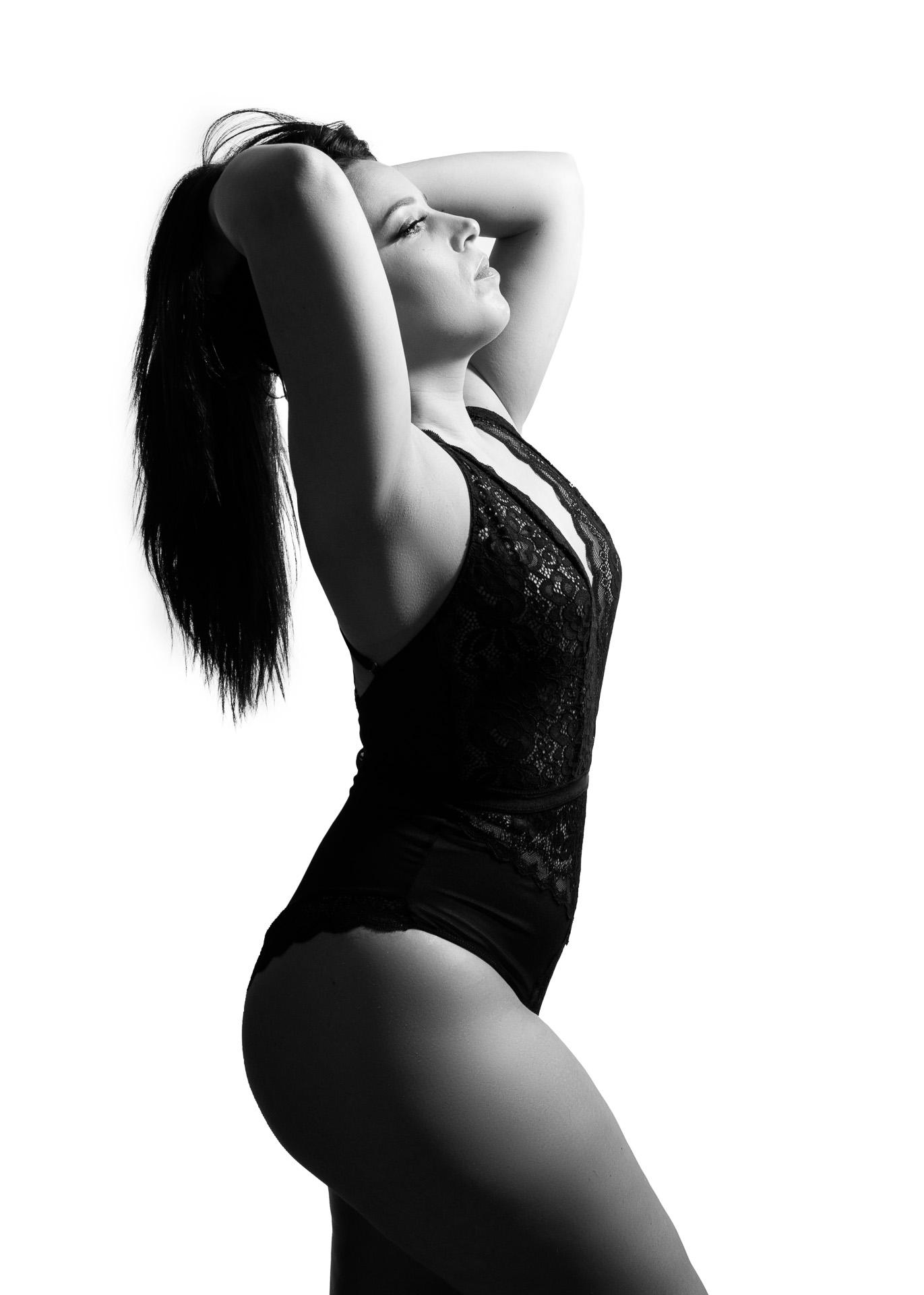 photo femme lingerie body noir et blanc