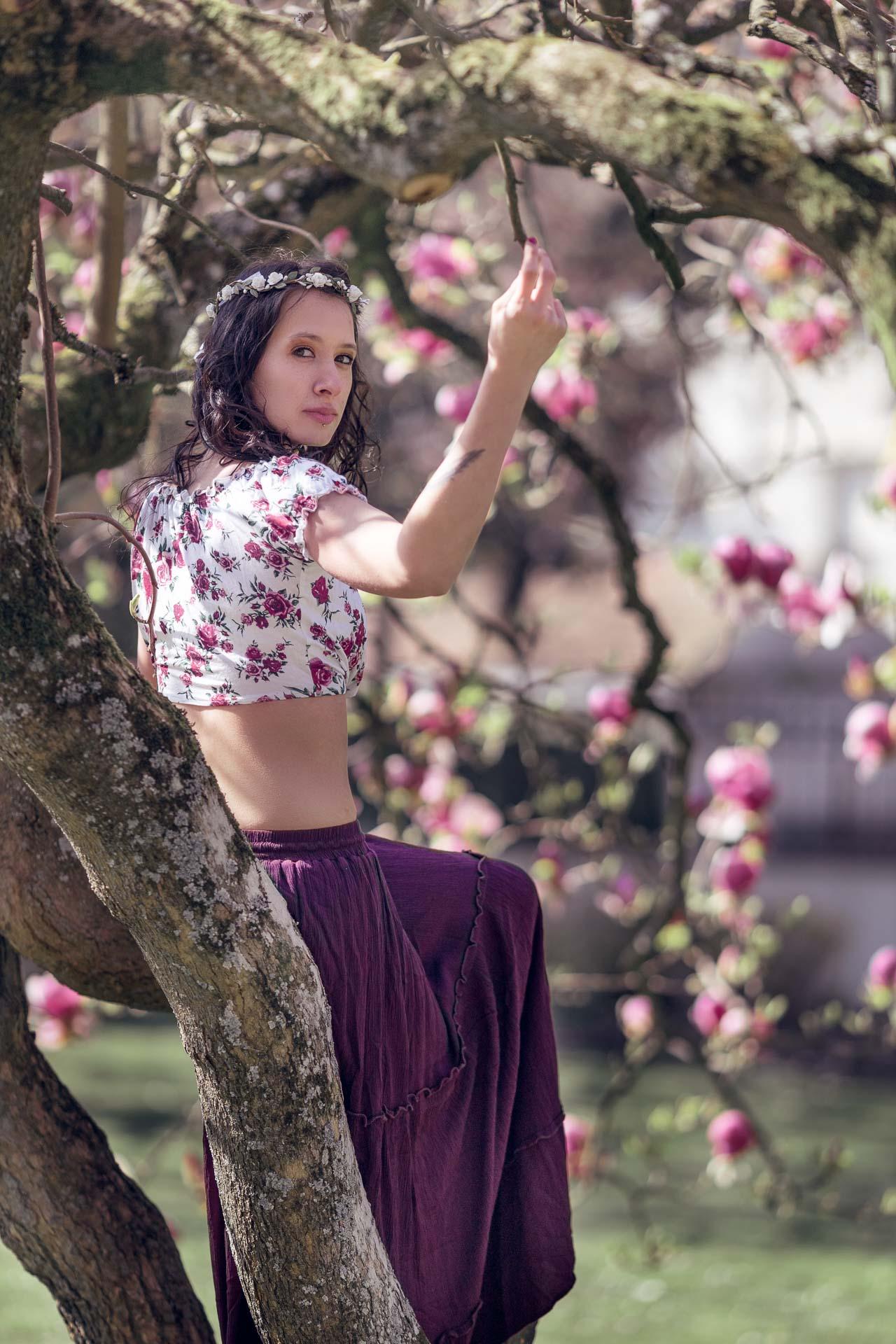 portrait d'une fille assise dans un magnolia