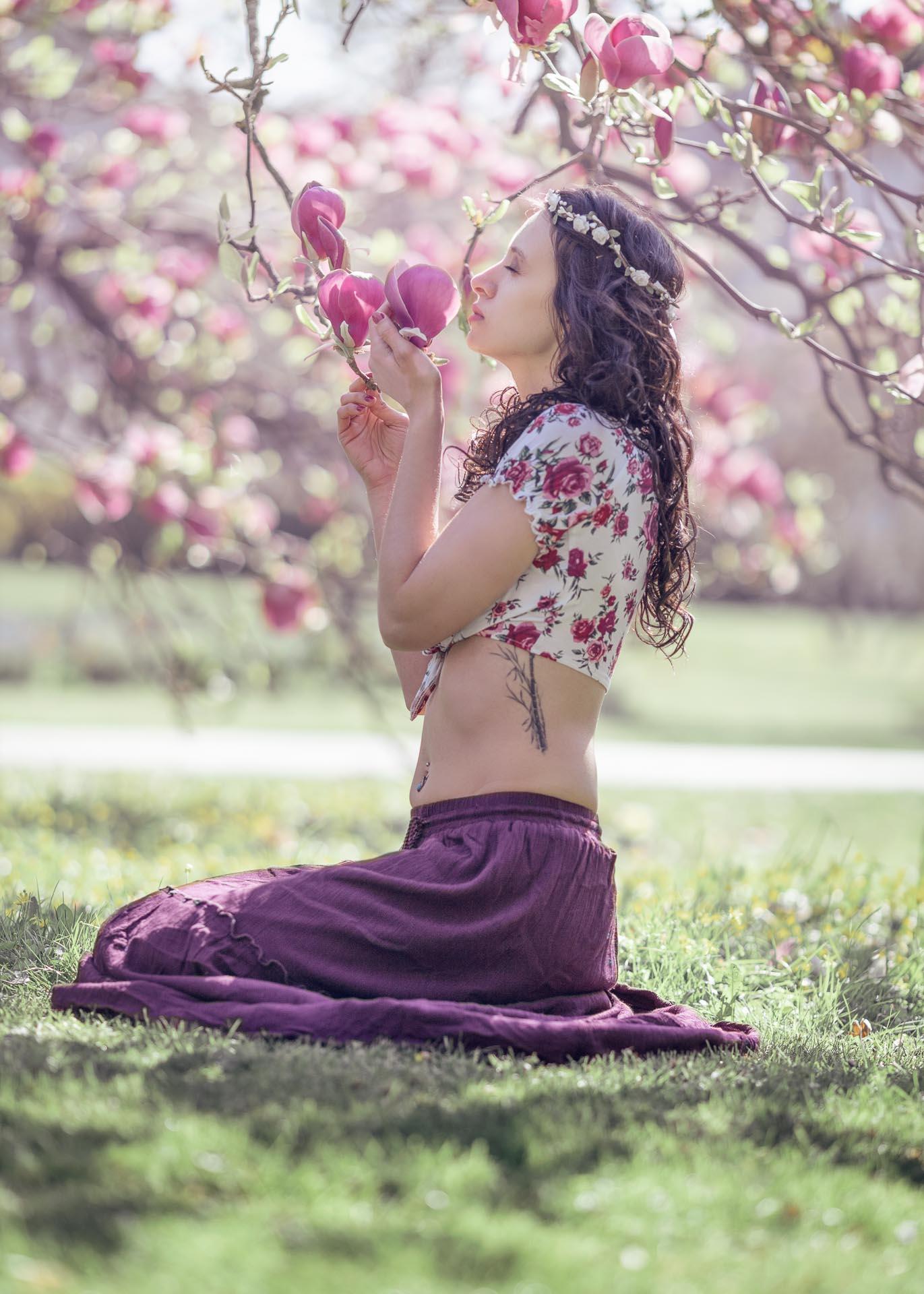 femme assise par terre dans un magnolia Roissy en Brie