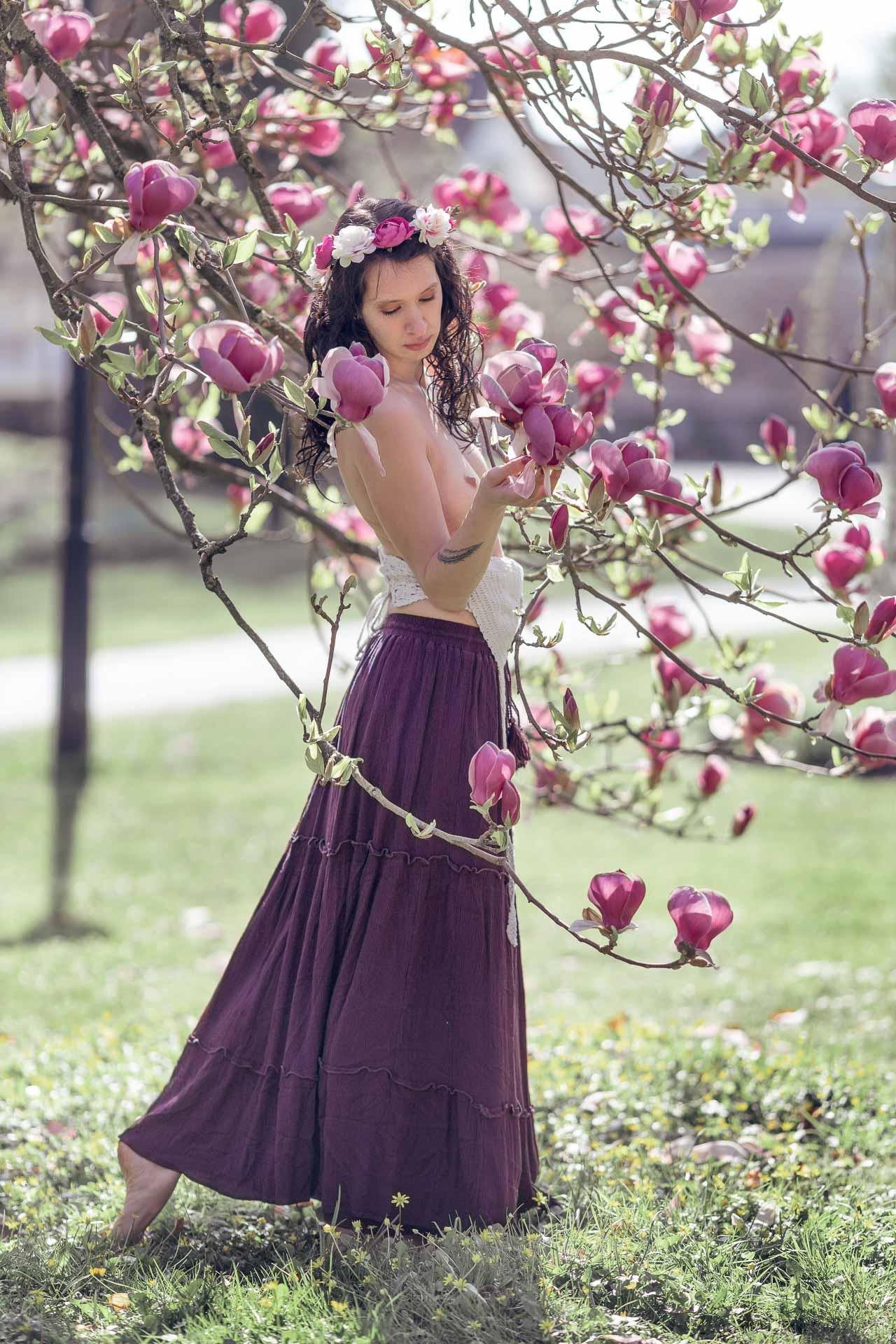 portrait d'une femme topless dans un magnolia