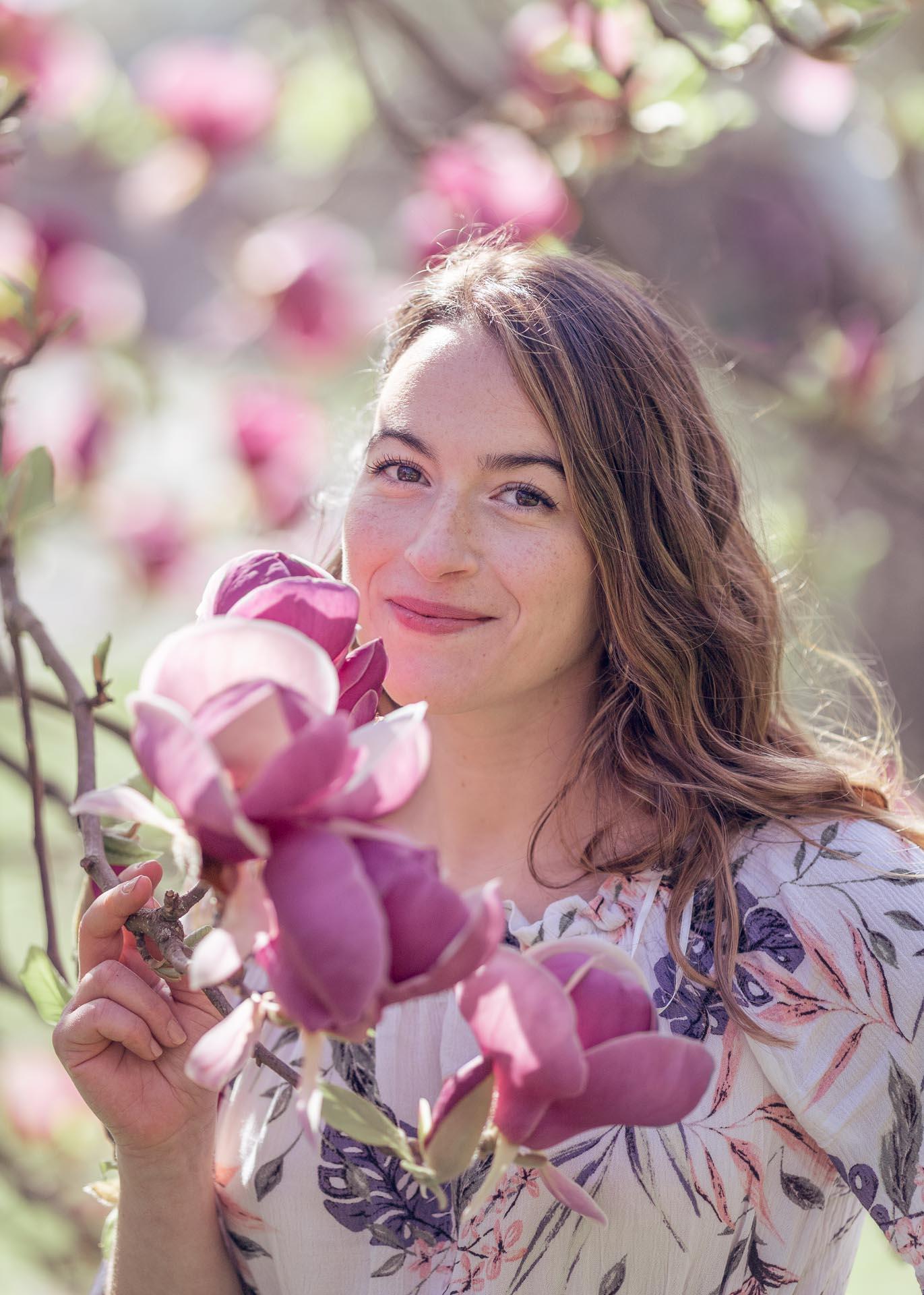 portrait après retouche d'une femme dans un magnolia