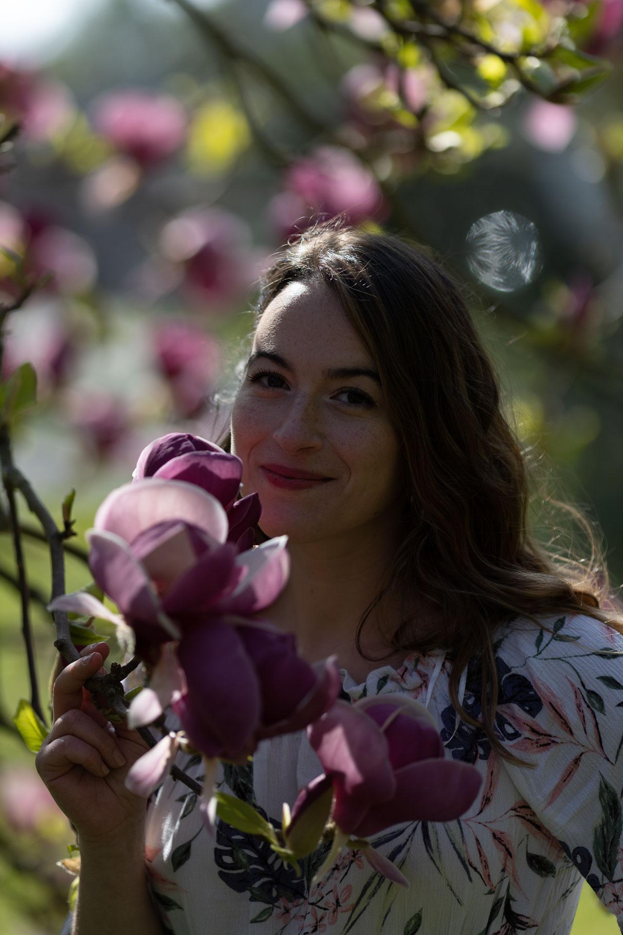 portrait avant retouche d'une femme dans un magnolia