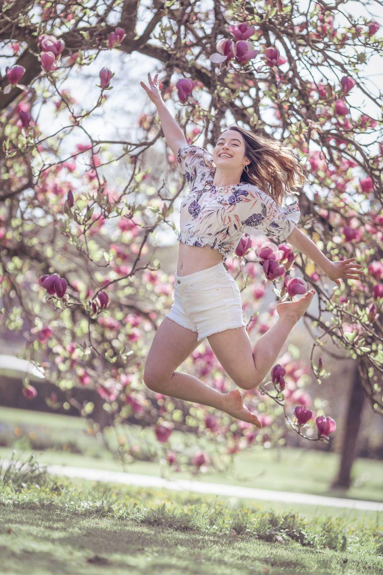 saut d'une jeune femme dans un magnolia à Pontault Combault